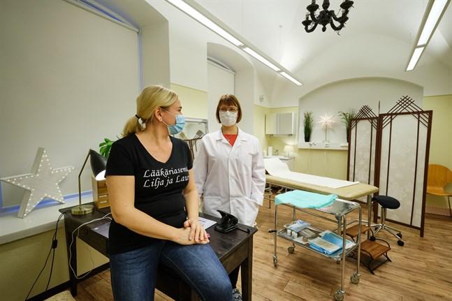 Gynekologstationen Lilja öppnade i Vasa 2009. Nu utvidgar man och satsar på en läkarstation med tjänster för män och barn. Päivi Kivelä, en av grundarna, bestämde sig till sist för att satsa. Dessutom utför Ira Saarinen plastikkirurgi i de nya utrymmena.