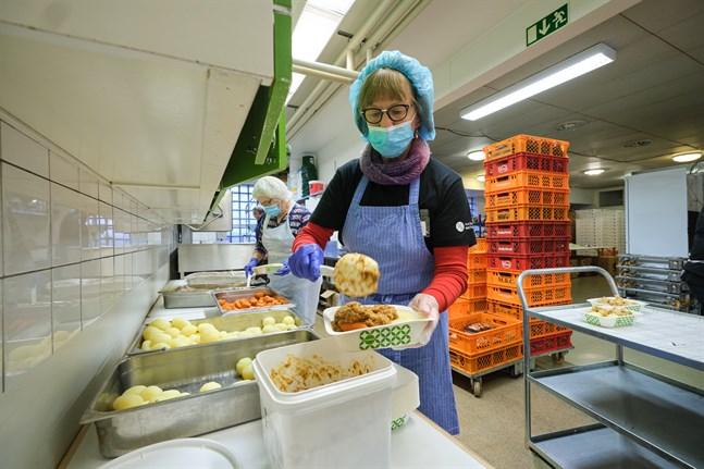 Maten som hämtas från skolor, sjukhus och restauranger ska packas i protionsförpackningar. Hanna-Leena Koskenmäki fördelade maten i Steinerskolans kök på onsdagen.