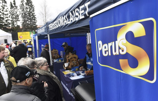 Bara för att Sannfinländarna liknar andra högerpopulistiska rörelser i Europa är partiet inte verktyg för en auktoritär regim. Bilden är tagen på ett valmöte i Dickursby.