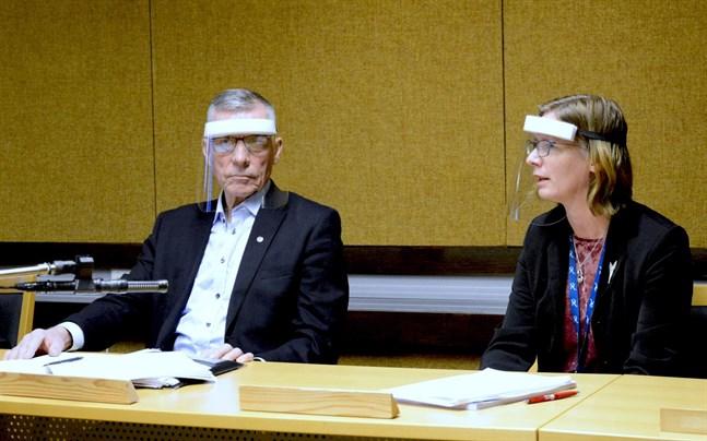 Närpes stadsstyrelses ordförande Olav Sjögård presenterar sin, uppenbarligen, sista budget. Nya stadsdirektören Mikaela Björklund presenterar sin första.