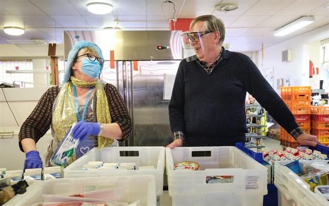 John Åsvik är glad, nästan rörd. Han blev överraskad över att så många stöder mathjälparna så att de kan fortsätta dela ut mat som annars skulle hamna på Stormossen.