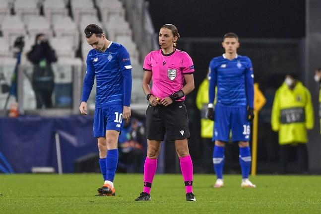 Stéphanie Frappart i förgrunden och två Dynamo Kiev-spelare i bakgrunden i den historiska Champions League-matchen.