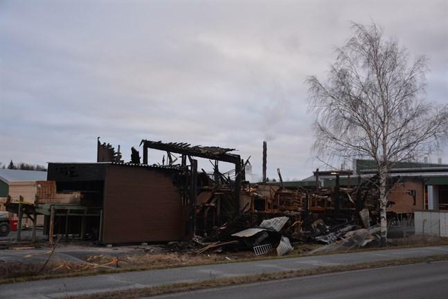 Kaskö stad har fått bygglov för den hall som ska uppföras åt Lunawood i stället för hallen som brann.