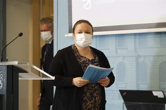 Familje- och omsorgsminister Krista Kiuru (SDP) och THL:s överläkare Taneli Puumalainen vid torsdagens presskonferens.