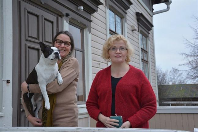 Bostonterriern Pepe i matte Margit Kasevas famn fick vara med på ett hörn då förvaltningschef Kaseva och stadsdirektör Minna Nikander presenterade Kaskös budget för 2021.