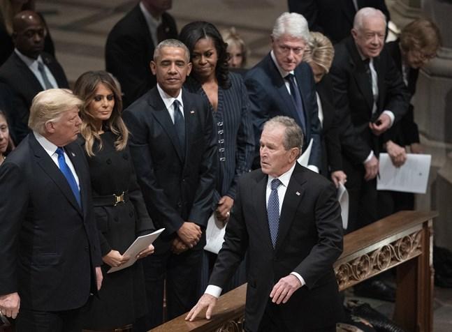 USA:s expresidenter Barack Obama, George W Bush, Bill Clinton och Jimmy Carter, samt den nu avgående, Donald Trump, längst till vänster. Bild tagen vid Bushs pappa George Bush den äldres begravning för två år sedan.