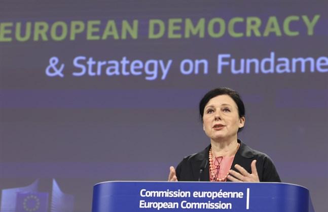EU:s värderingskommissionär Vera Jourová presenterar sin handlingsplan för demokratin.