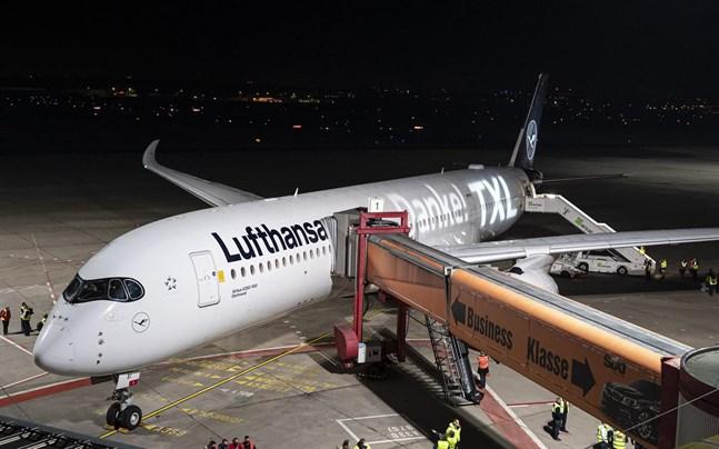 Lufthansa tar fler parkerade flygplan i trafik i jul och nyår, då bokningarna ökar kraftigt.