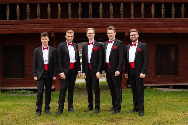 Guns Rosor vid Kyrkbackens Hembygdsgård i Karleby. Från vänster i bild Robin Grankvist, Herman Hagnäs, Holger Lund, Herman Nyqvist och Joel Åman.