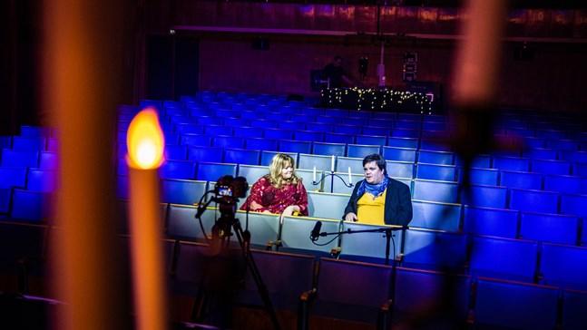 Heléne Nyberg och Thomas Enroth samtalar mellan julkonsertens uppträdanden.