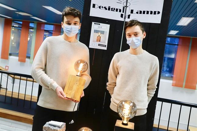 Vasabon Hampus Enlund och Malaxbon Benjamin Sundlin fick pris för bästa produkt. De gör egna lampor i företaget Design Lamp UF.