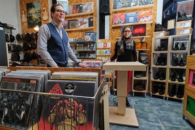 I Toni Viljanmaas och Satu Särkijärvis affär säljs vinyler och möbler, men även skor och kepsar.