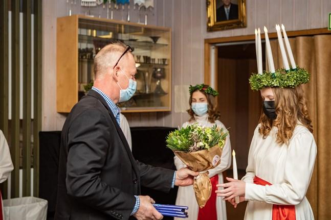 Robert Nylén överräcker Lucia buketten åt Karlebys Lucia 2020, Krista Kuniala