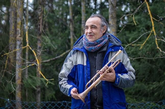 Trumpetaren och kompositören Mario Massa trivs i Finland. Nu väntar han bara på att han och hans familj ska få uppehållstillståndskort av Migrationsverket.