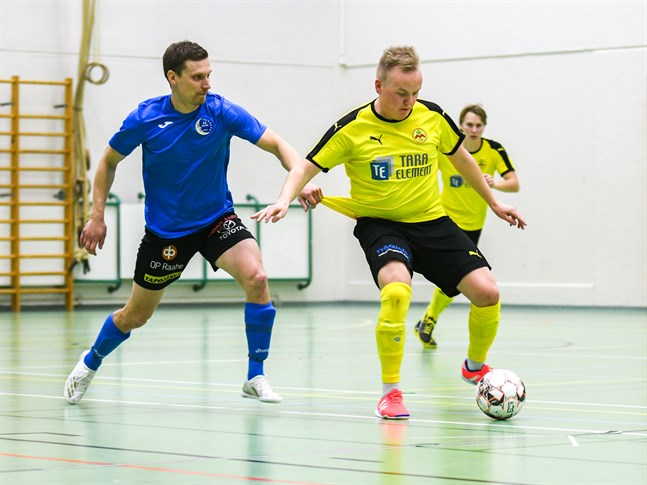 Joel Wikman, här i Myrans futsaltröja, gjorde ett frisparksmål i torsdagens derbymatch i Kronoby.