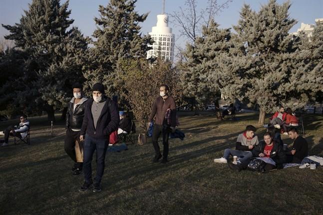 Flera passade på att hämta frisk luft en park i Ankara timmarna före stadens två-dagars nedstängning.