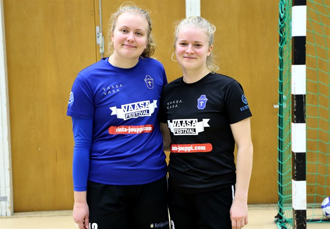 Systrarna Lotta och Vilma Rosenström studerar numera båda i Vasa och spelar för första gången på många år i samma lag.