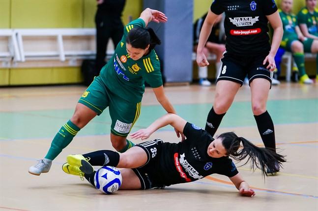 Tiialeena Hakala passade till FC Sports alla tre mål i matchen mot GFT. Bilden är från början av december då FC Sport mötte Ilves FS på hemmaplan.