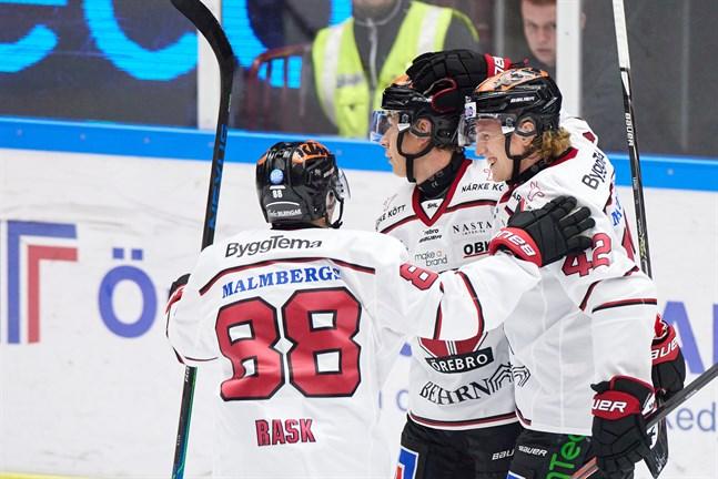 Robin Salo, till höger, i Örebrodressen. SHL-klubben tjänar en hacka på att Salo skrivit på ett NHL-kontrakt.