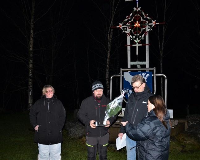 I ordförandens frånvaro uppvaktades årets aktivist av Mats-Johan Kaars assisterad av Anna-Lena Hedman och Linda Kaars.
