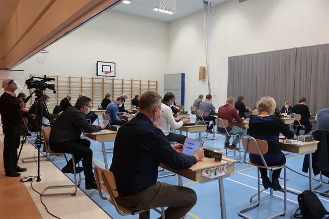 De förtroendevalda i Larsmo har redan länge haft surfplattor. Bilden är från fullmäktiges budgetmöte i december. I Larsmo börjar styrelsemötena klockan 16.15.