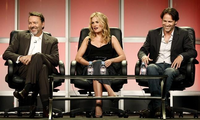 """Alan Ball, Anna Paquin och Stephen Meyers vid ett samtal om originalserien """"True blood""""."""