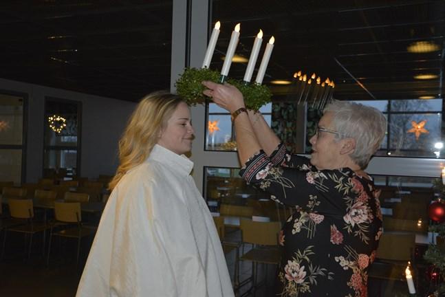 Lizette Lindqvist blev framröstad att bära luciakronan i år. Farmor Greta Lindqvist hade samma uppdrag år 1964. Då som Närpes första lucia.