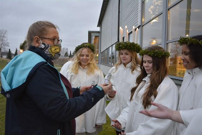 Familjen Kanin från Närpes församlings julkalender passade på att träffa luciaföljet under onsdagen. Carita Stenberg presenterar familjen för tärnan My, lucian Lizette och tärnorna Rosanna och Miriam.