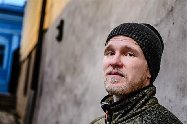 Christoffer Envall i vinterskrud på stadsbesök. Han bor i Lappfors numera.