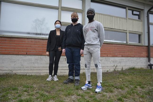 Att användningen av munskydd har minskat bekräftas av högstadieeleverna Ly Bang (åk 9), Anton Åkerman (åk 9) och Shaker Fadul (åk 8). Elevkårens ordförande Ly Bang tycker att munskydd är en bra lösning för att skydda andra och sig själv.