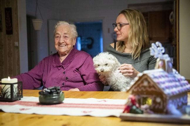 Det tog en hel dag för Ann-Mari Fogde och Isabel Flemming att baka och dekorera pepparkakshuset. De är båda nöjda med slutresultatet.
