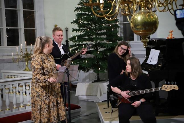 """Inspelning pågår. Nora Väglund, Robin Björklund, Nina Björklund och Nadja Väglund kommer att finnas bakom Malax UF:s lucka i """"Malax julkalendri""""."""