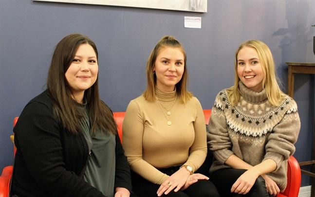 Patricia Holmberg, Alexandra Andersson och Felicia Rosendal har jobbat hårt med modeshowen som har premiär på lördag.