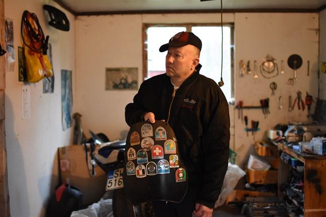 Mats Korsbäck har rest land och rike runt med motorcykeln – det vittnar klistermärkena om. Nu längtar han ut på vägarna igen.