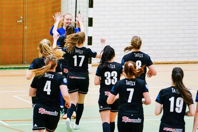 Lotta Rosenström stoppade samtliga skott i straffläggningen och FC Sport-j fick fira segern.