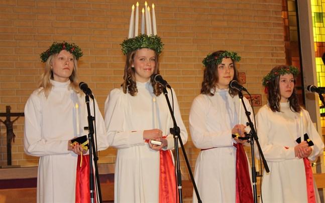 Luciakvartetten bestående av Lotta Emmes, lucia Krista Kuniala, Sandra Hongell och Jannika Granvik besökte Emeliehemmet innan kröningen.