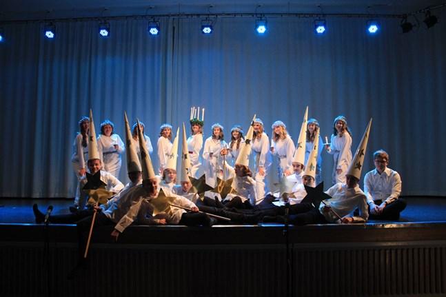 Cronhjelmskolans Lucia 2020 heter Maja Söderlund. Tillsammans med sitt följe lyste hon på fredagen upp skolvardagen.