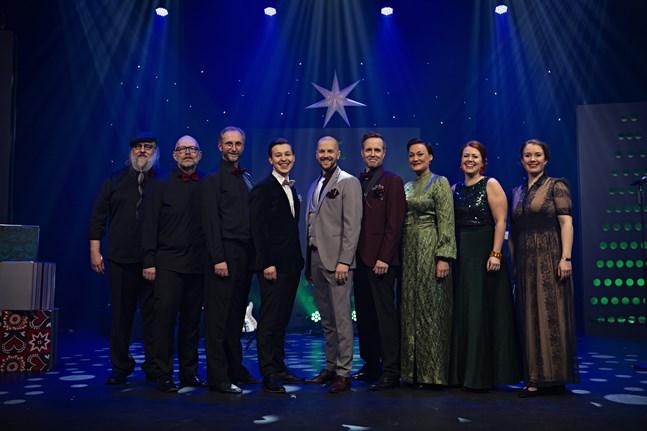 Artisterna och musikerna som gör julkonserten är (från vänster) Stefan Lindblom, Stefan Brokvist, Ralf Nyqvist, Jakob Norrgård, Markus Lytts, Johan Aspelin, Maria Udd, Charlotta Kerbs och Tinja Sabel.