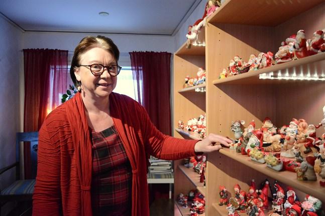 Åsa Blomstedt fick sin första tomte för över 40 år sedan. I dag fyller de hela bokhyllan.