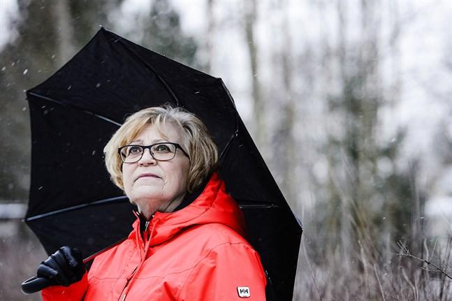 Sonja Engström tror det finns ett samband mellan att hon var ute när strålningsvärdena var höga och att cystan utvecklades till en elakartad tumör. Veckan efter kärnkraftverksolyckan var hon ute varje dag.