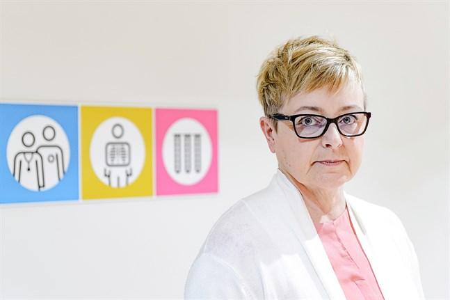 Marjo Orava, överskötare för primärhälsovårdens öppenvård, hoppas att vaccinet mot covid-19 når de som behöver det mest.