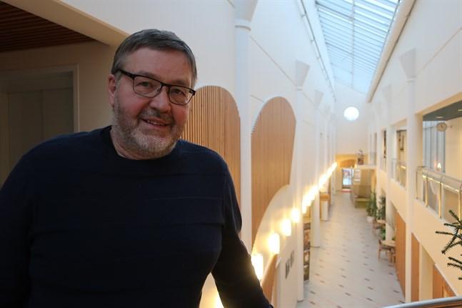 Bernt Storbacka gör sin sista arbetsdag i kommungården i Kronoby på måndag. Pensionär blir han den första mars.