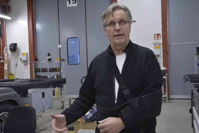 """Företaget NEK har lång erfarenhet av att bygga skåp för transport av läkemedel. Styrelseordförande Tapani Koski oroar sig inte för hur coronavaccinet ska distribueras ut i landet. """"Lösningarna finns redan"""", säger han."""