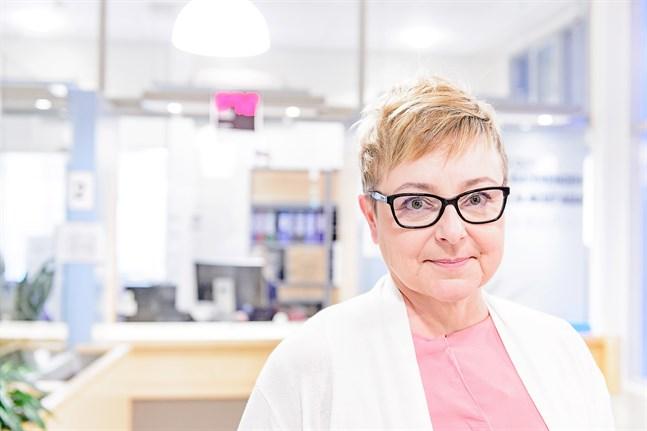 Nu får 60–65-åringar coronavaccin. Det dröjer eventuellt inte många veckor förrän det är 55-åringarnas tur, säger Marjo Orava, överskötare inom den öppna hälsovården.