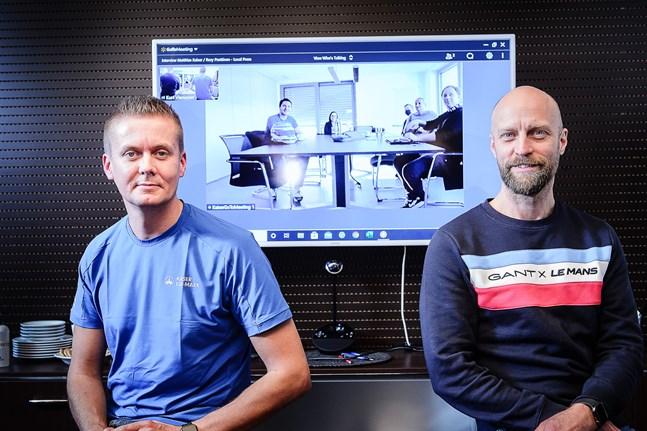 Rory Penttinen och managern Marcus Jansson på virtuell presskonferens vid Eur-Mark i Nykarleby. På skärmen syns Penttinens stallkamrat, Matthias Kaiser, till vänster i bild. De båda förarna kommer precis som i somras att dela bil nästa år.