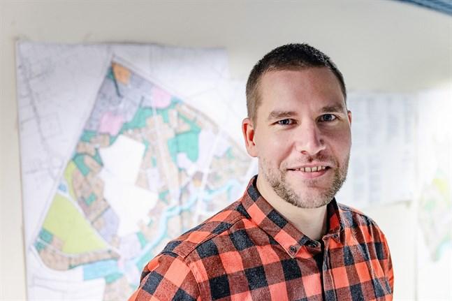 Jukka Aarnio har mycket att läsa in sig på som ny teknisk chef på Kronoby kommun. Men han har lätt för att lära och är trygg i sig själv.