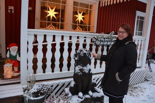 Helena Holmlund är tillfreds med bytet av jobb från personalchef i Närpes stad till översättningsarbete i hemmiljö.