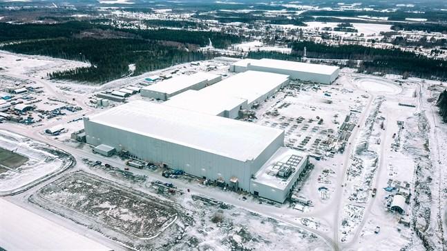 """Det här blir Northvolts produktionslinje nummer ett. Från vänster syns prekursorfabriken följd av katodfabriken och själva cellproduktionen. Byggnaden längst till höger blir """"batteriskola"""" där färdiga moduler """"tränas"""" inför användning."""