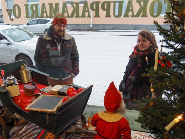 Harald Pohjonen på Gamlakarleby Auktionskammare säger att det var lätt att hitta föremål till deras julfönster. Alla verkar ha gamla julsaker på vinden. Kukka-Maaria Koskinen är arrangör för evenemanget Tallåsens julfönster som ordnas för det andra året i rad.