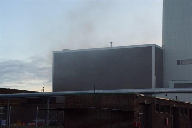 Brandkåren fick larm om en byggnadsbrand i Pohjolan Voimas nedlagda kolkraftverk på torsdagseftermiddagen. Rivningsarbeten pågår på stället.